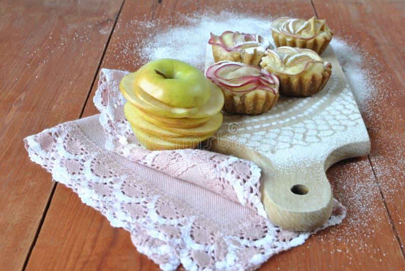 Muffins mit Äpfeln lizenzfreies stockfoto
