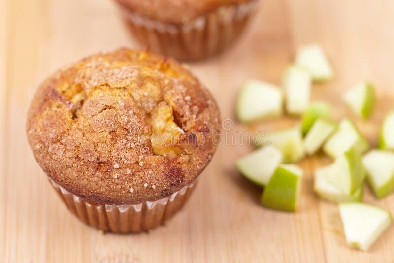 Muffins mit Apfel lizenzfreie stockfotos