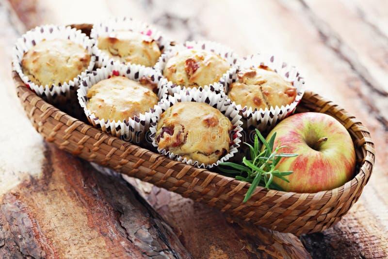 Muffins mit becon und Apfel lizenzfreie stockbilder
