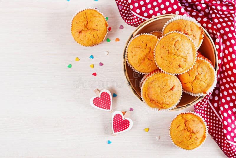 Muffins mit Kürbis Kleine Kuchen mit Valentinstag stockfoto
