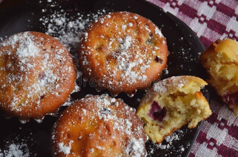 Muffins mit Mischbeeren stockfotos