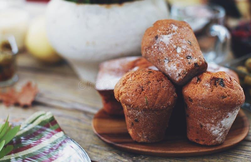 Muffins mit Rosinen stockfoto