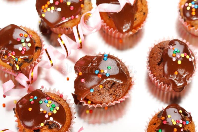 Muffins mit Schokolade stockfotos
