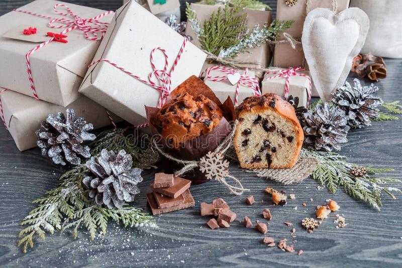 Muffins mit Schokoladengeschenken und -kegeln stockfotos