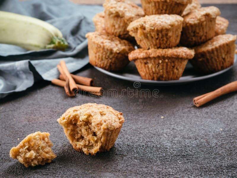Muffins mit Zucchini, Karotten, Apfel und Zimt lizenzfreie stockbilder