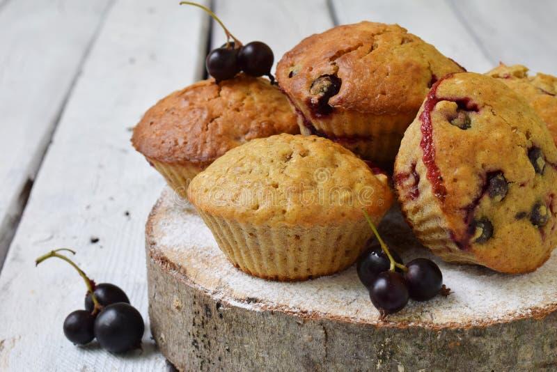 Muffins od owsa i lna ziaren z blackcurrant na tnącym drewnianym tle wypiekowy domowej roboty Bezpłatny tort Zdrowy pastr obrazy royalty free