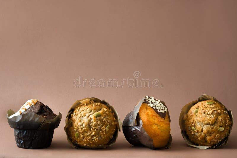 Muffins op bruine achtergrond stock foto