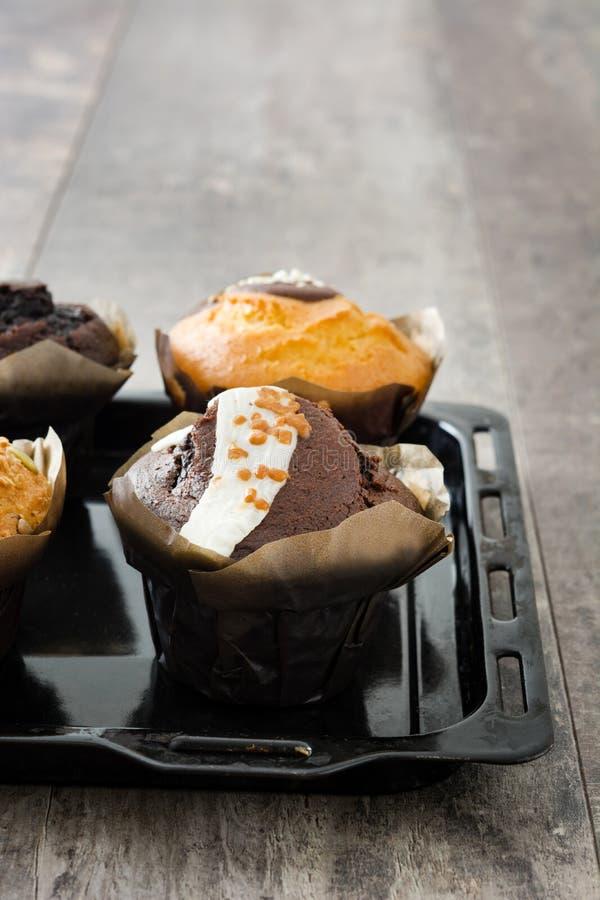 Muffins op een rustieke houten lijst royalty-vrije stock afbeelding