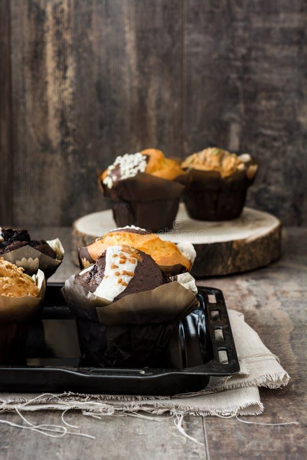 Muffins op een rustieke houten lijst stock afbeelding