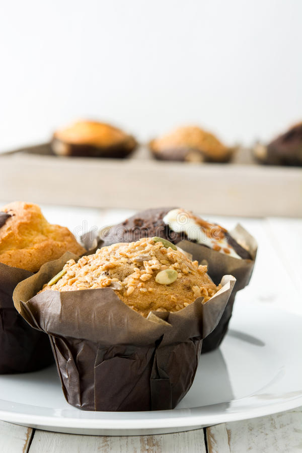 Muffins op een witte houten lijst royalty-vrije stock fotografie