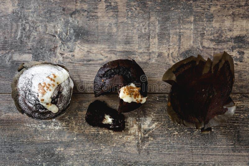 Muffins op rustieke houten lijst royalty-vrije stock fotografie