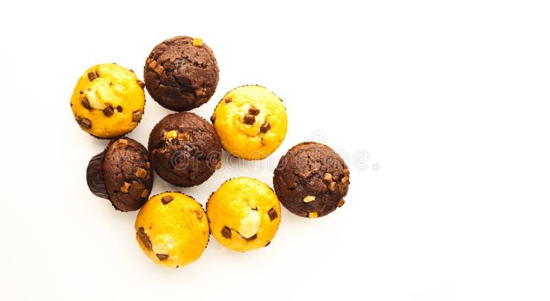 Muffins op witte weerspiegelende oppervlakte royalty-vrije stock foto