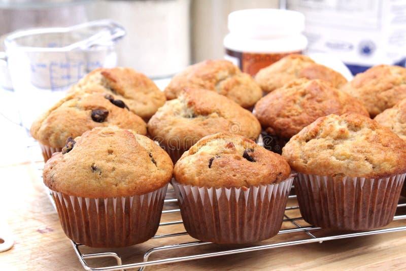 Muffins und Bestandteile lizenzfreie stockbilder