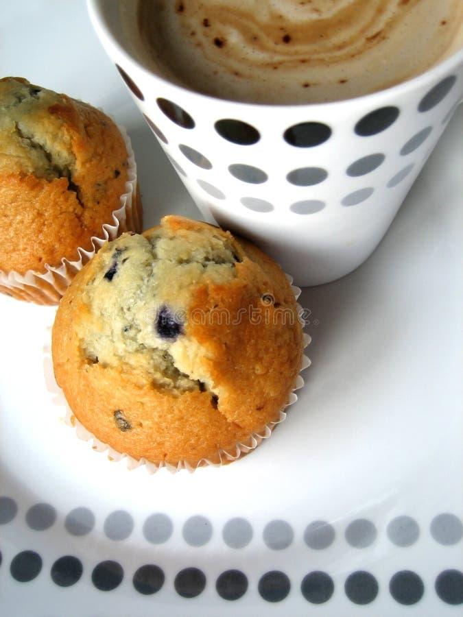 Muffins und Kaffee lizenzfreie stockfotografie