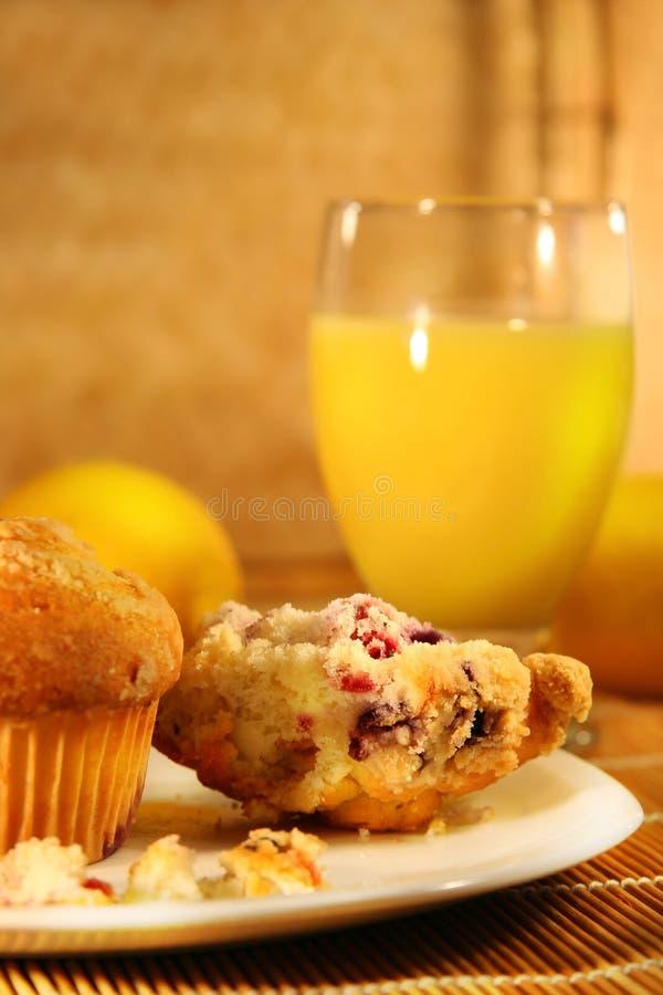 Muffins und Orangensaft stockfotografie