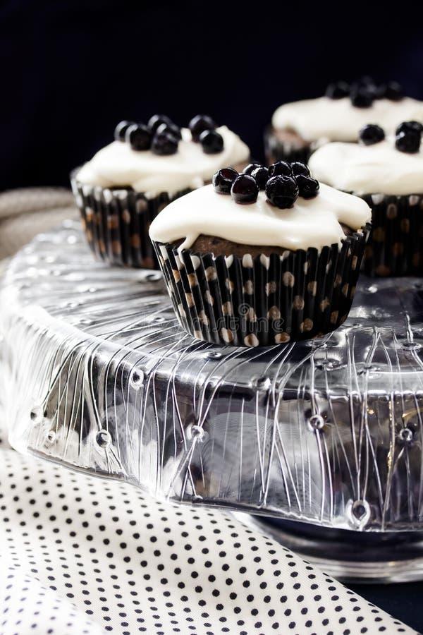 Muffins vom Grieß mit Blaubeerstau und -creme stockbilder