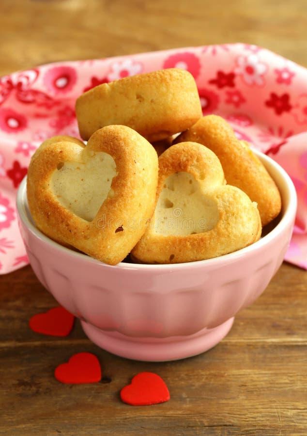Muffins w formie serca - słodki prezent zdjęcia royalty free
