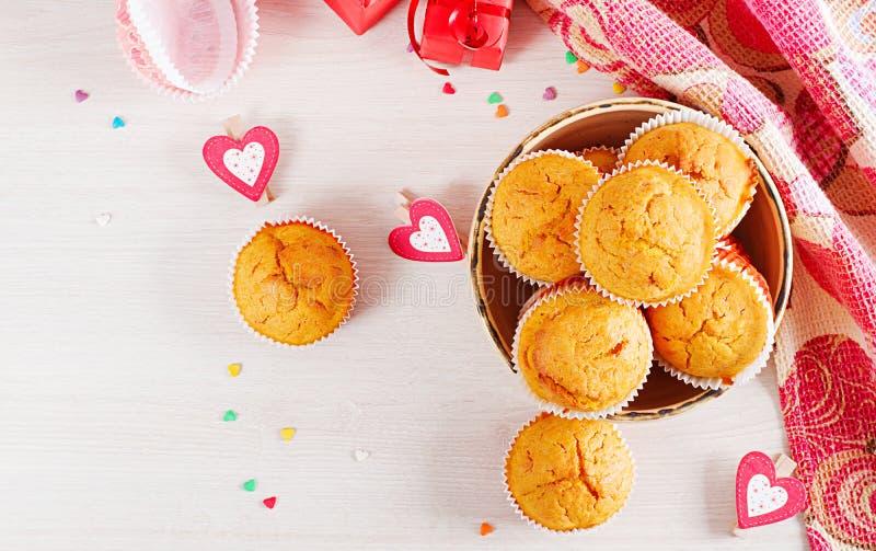 Muffins z banią Babeczki z walentynka dnia wystrojem fotografia royalty free