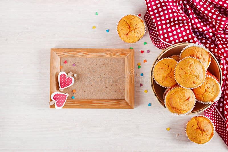 Muffins z banią Babeczki z walentynka dnia wystrojem zdjęcia royalty free