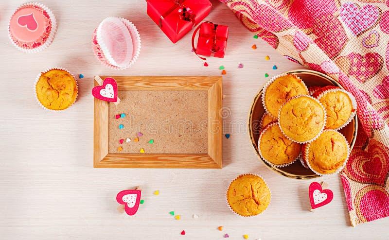 Muffins z banią Babeczki z walentynka dnia wystrojem obrazy royalty free