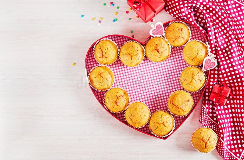 Muffins z banią Babeczki z walentynka dnia wystrojem zdjęcie royalty free