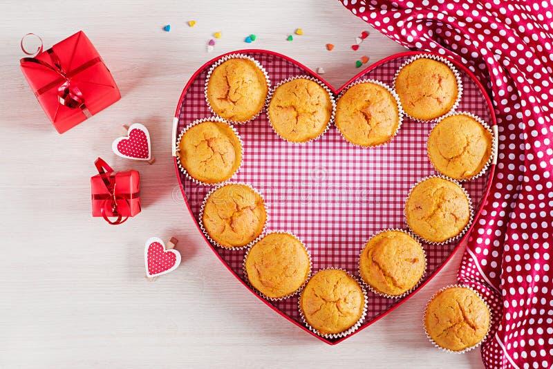 Muffins z banią Babeczki z walentynka dnia wystrojem obraz royalty free