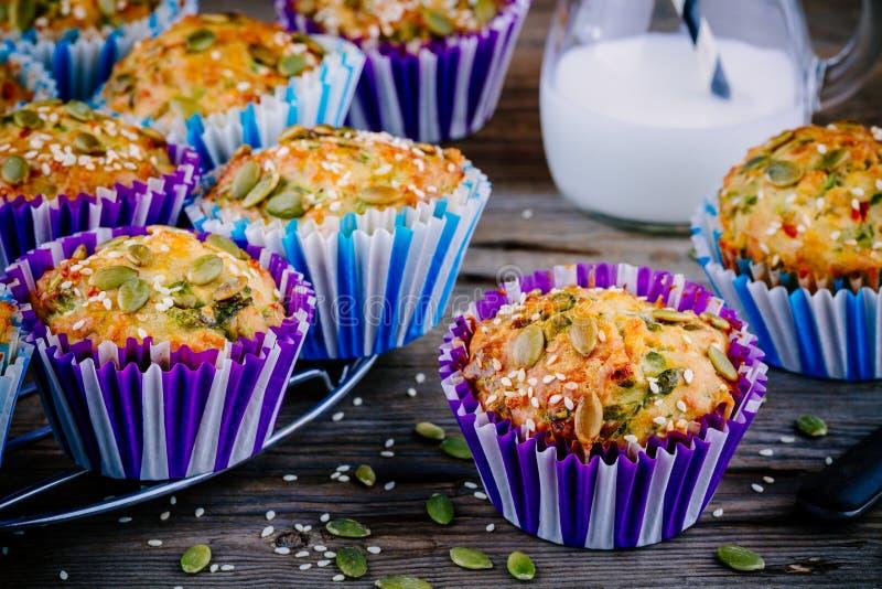 Muffins z szpinakiem, feta sera dyniowymi ziarnami i sezamowymi ziarnami, zdjęcie stock