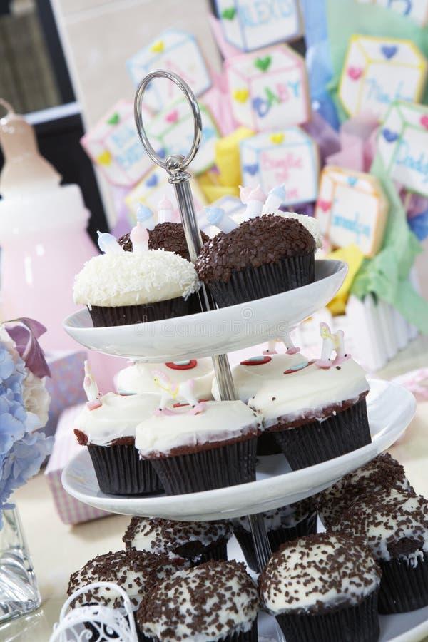 Muffinställning på en baby shower royaltyfri bild