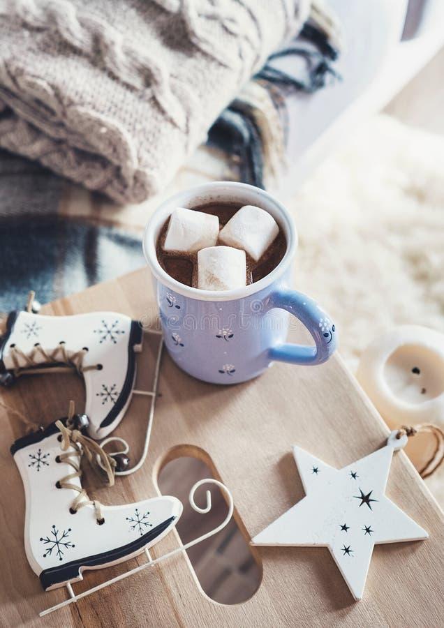 Mug с горячим шоколадом в сладостном уютном домашнем интерьере, ti рождества стоковая фотография rf