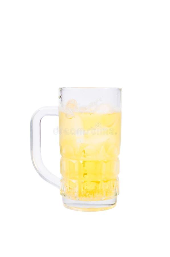 Mug с пивом на белой предпосылке с путем клиппирования стоковое изображение