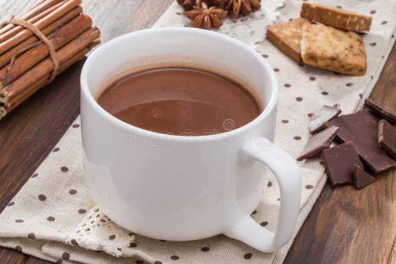 Mug fyllde med hemlagad varm choklad, kaka med kryddan royaltyfria bilder