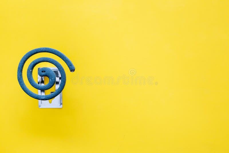 Mugafweermiddel voor openlucht: tuin, de zomerhuis, picknick Groene spiraal op de gele ruimte van het achtergrond hoogste menings stock afbeeldingen