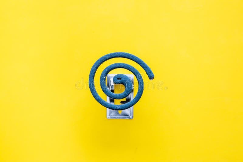 Mugafweermiddel voor openlucht: tuin, de zomerhuis, picknick Groene spiraal op de gele ruimte van het achtergrond hoogste menings royalty-vrije stock afbeeldingen