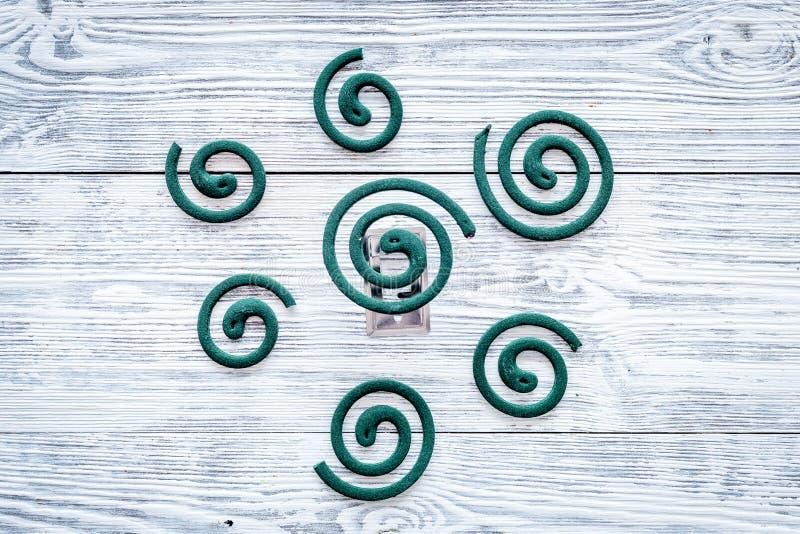 Mugafweermiddel voor openlucht: tuin, de zomerhuis, picknick Groene spiraal op de grijze houten ruimte van het achtergrond hoogst royalty-vrije stock foto's