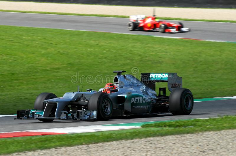 MUGELLO, ИТАЛИЯ - МАЙ 2012: Michael Schumacher команды Мерседес F1 участвуя в гонке на командах Формулы 1 испытывает дни на цепи  стоковое изображение
