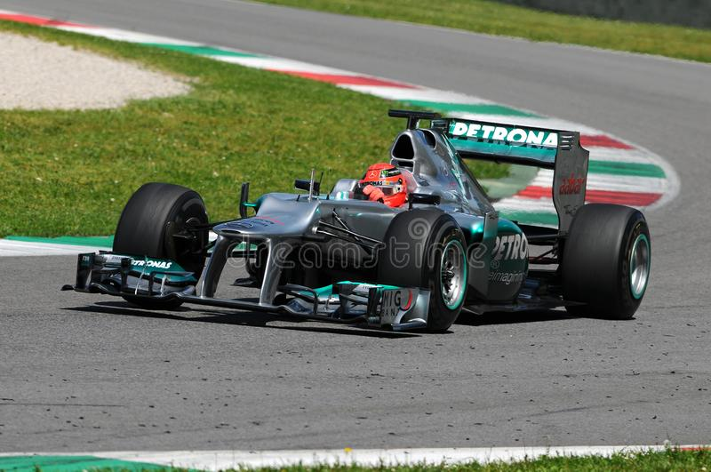 MUGELLO, ИТАЛИЯ - МАЙ 2012: Michael Schumacher команды Мерседес F1 участвуя в гонке на командах Формулы 1 испытывает дни на цепи  стоковые изображения