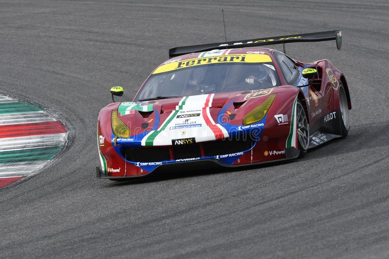 MUGELLO, INFORMATIQUE, OCTOBRE 2017 : GTE de Ferrari 488 conduit par Davide Rigon et Sam Bird dans l'action au circuit de Mugello photos stock