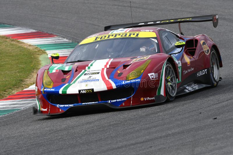 MUGELLO, INFORMATIQUE, OCTOBRE 2017 : GTE de Ferrari 488 conduit par Davide Rigon et Sam Bird dans l'action au circuit de Mugello images stock