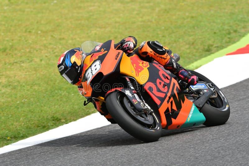 Mugello - ITÁLIA, O 1º DE JUNHO: Fábrica britânica de Red Bull Ktm que compete Team Rider Bradley Smith durante a sessão de práti fotos de stock