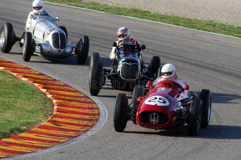 MUGELLO, ITALIË - 2007: Onbekende looppas met Uitstekende Maserati-Grand Prixauto's op Mugello-Kring bij de Gebeurtenis van Ferra stock fotografie