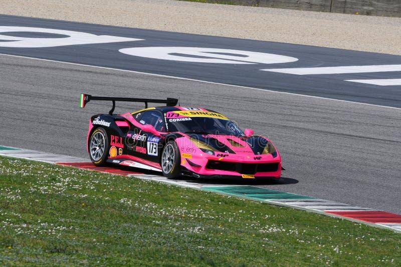 MUGELLO, ITALIA - 23 de marzo de 2018: Desafío de Ferrari 488 de la impulsión de Corinna Gostner durante la sesión de práctica en imagen de archivo