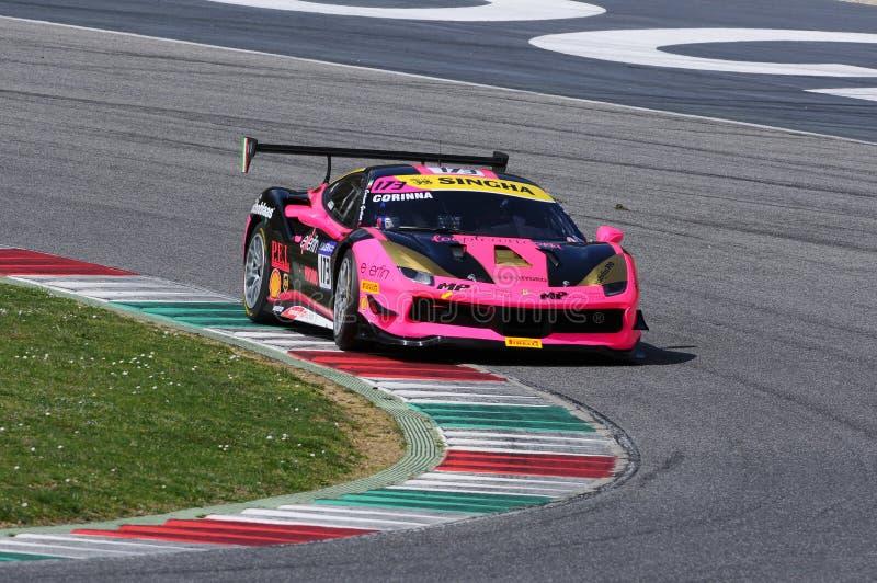 MUGELLO, ITALIA - 23 de marzo de 2018: Desafío de Ferrari 488 de la impulsión de Corinna Gostner durante la sesión de práctica en imagen de archivo libre de regalías