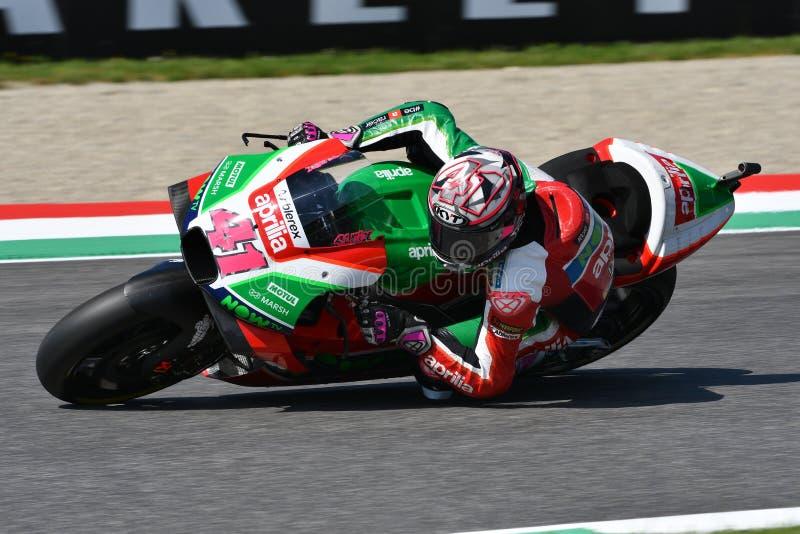 Mugello - ITALIA, el 2 de junio: Español Aprilia que compite con a Team Gresini Rider Aleix Espargaro durante la sesión de califi imágenes de archivo libres de regalías