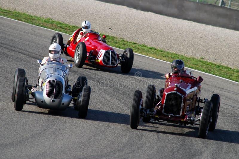 MUGELLO, ITALIE - 2007 : L'inconnu fonctionnent avec des voitures de Maserati Grand prix de vintage sur le circuit de Mugello à l photo libre de droits