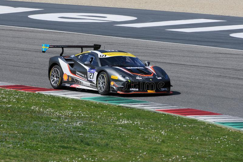 MUGELLO, ITALIE - 23 mars 2018 : Défi de Ferrari 488 d'entraînement de Tommy Lindroth pendant la session pratique chez Mugello photos stock