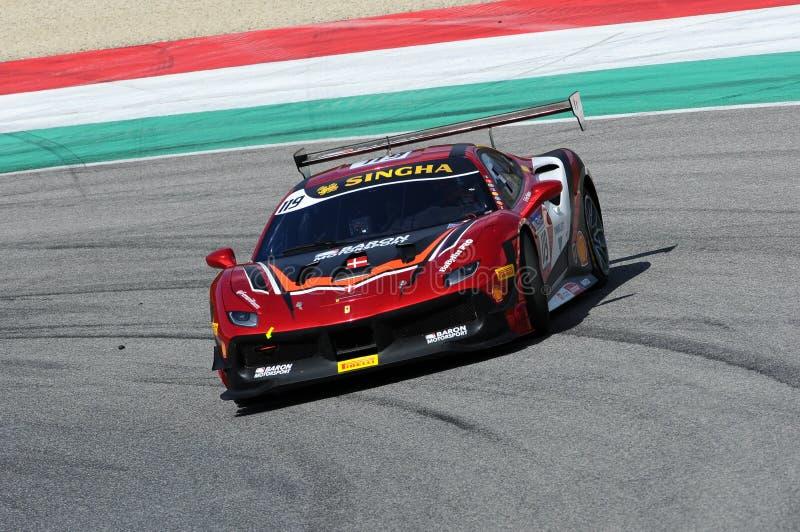 MUGELLO, ITALIE - 23 mars 2018 : Par défi de Ferrari 488 d'entraînement de Nielsen pendant la session pratique de #1 rond de défi photographie stock libre de droits