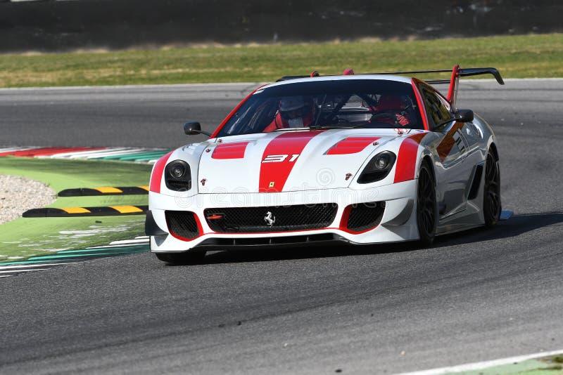 MUGELLO, ITALIE - OCTOBRE 2017 : L'inconnu conduit Ferrari 599XX pendant XX les programmes de Finali Mondiali Ferrari au circuit  image stock