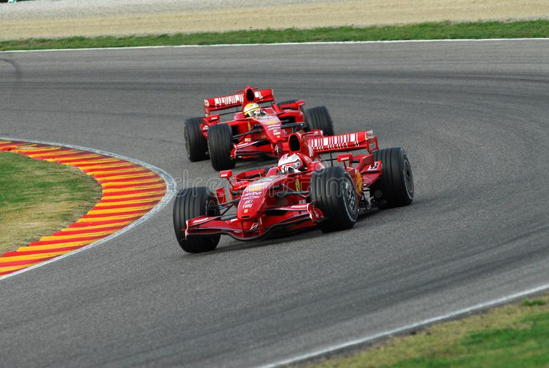 MUGELLO, IT, November, 2007: Officiële die Bestuurders Felipe Massa, Kimi Raikkonen, Luca Badoer en Marc Genè met Modern Ferrari stock afbeelding
