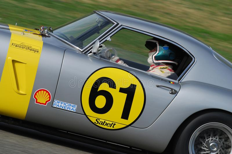 MUGELLO, a TI, em novembro de 2007: O desconhecido corre com os anos 60 velhos Ferrari 250 no circuito de Mugello em Italia imagem de stock