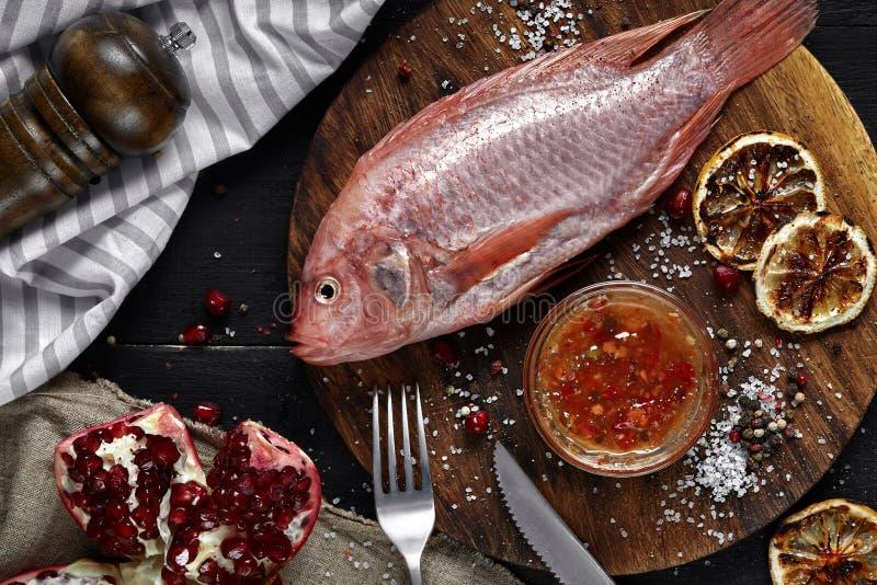 Muggine rossa cruda fresca deliziosa del pesce dei frutti di mare sul tagliere di legno, vista superiore immagine stock